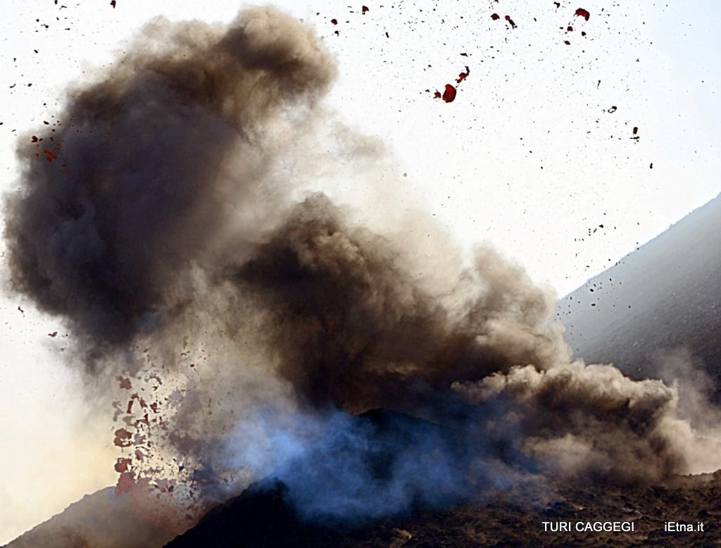 Etna NEC 08.03.2014 - a beautiful explosion - photo Turi Caggegi / iEtna