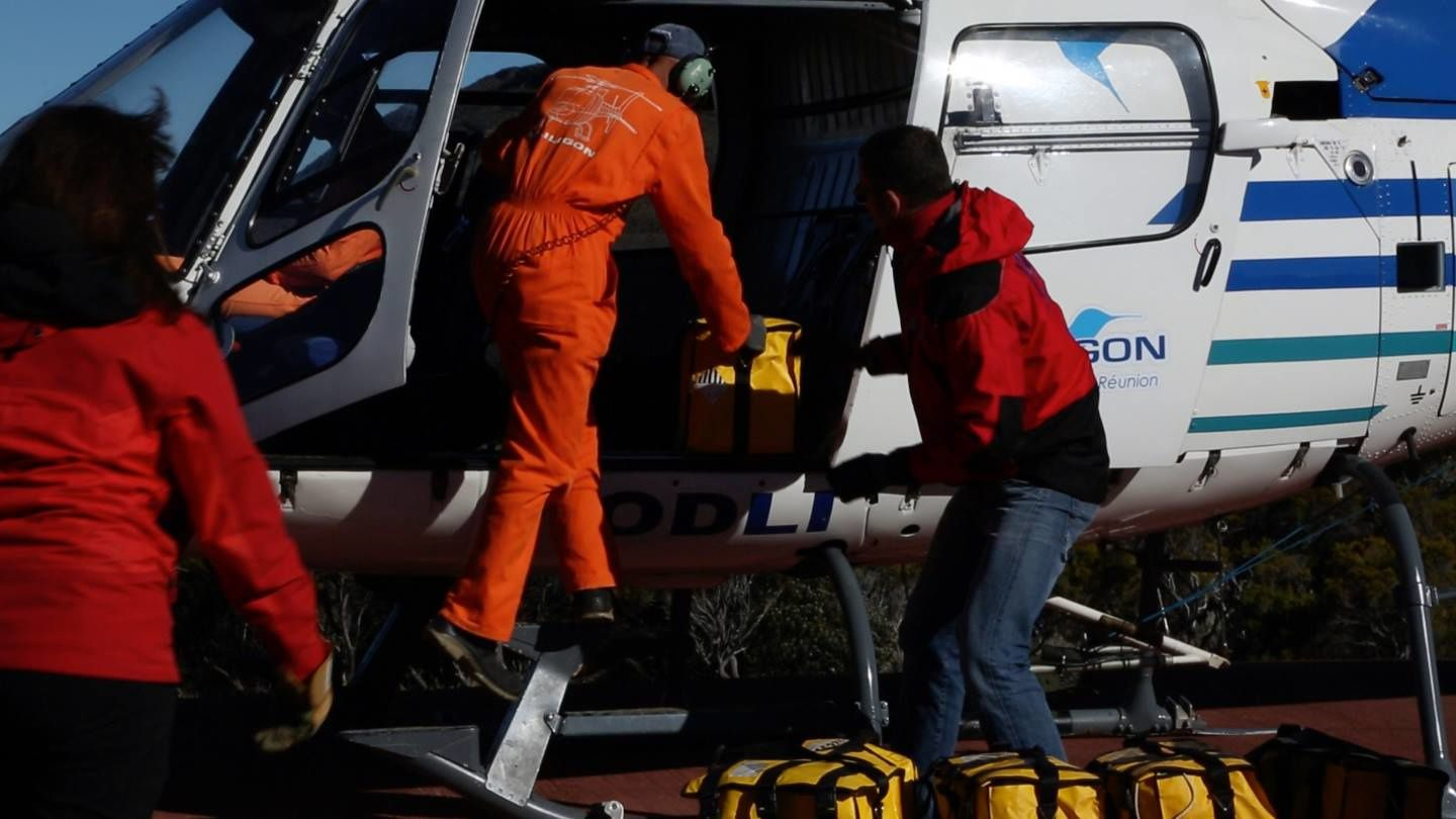Piton de La Fournaise - Phase 4: repatriation of sensors by helicopter - photo Eric Larose / IS Terre