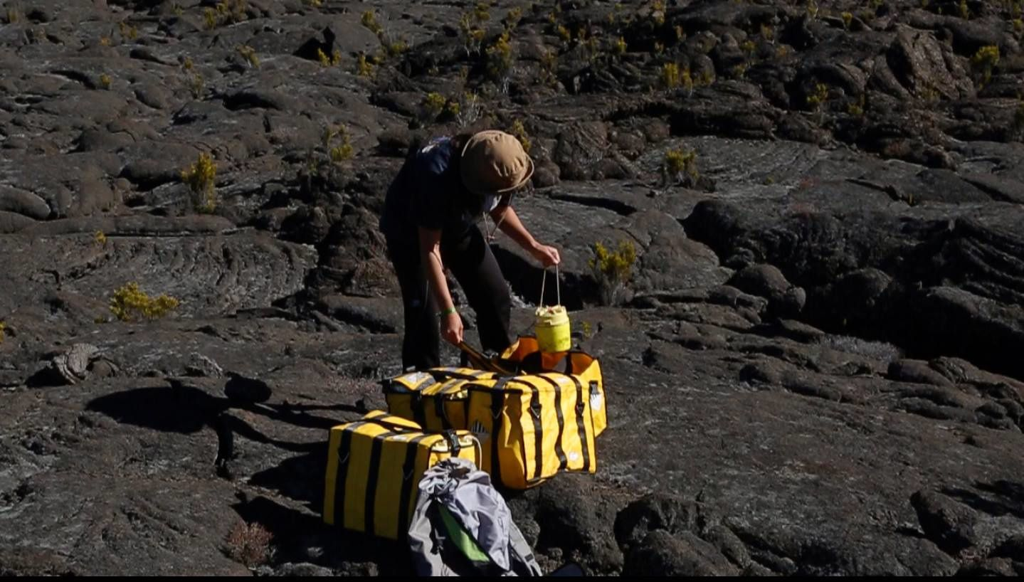 Piton de La Fournaise - Phase 4&#x3B; storage of the sensors for repatriation - photo Eric Larose / IS Terre