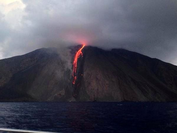 Stromboli - lava flow 06/08/2014 - photo Dolcevitagroup / pic.twitter.com-SfOpQ2w7gl