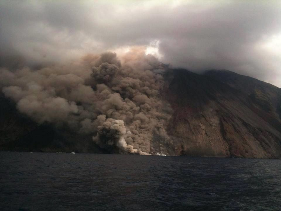 Stromboli - lava flow and blocks reaching the sea by the Sciara del Fuoco, 08/07/2014 - photo Mike Schuler
