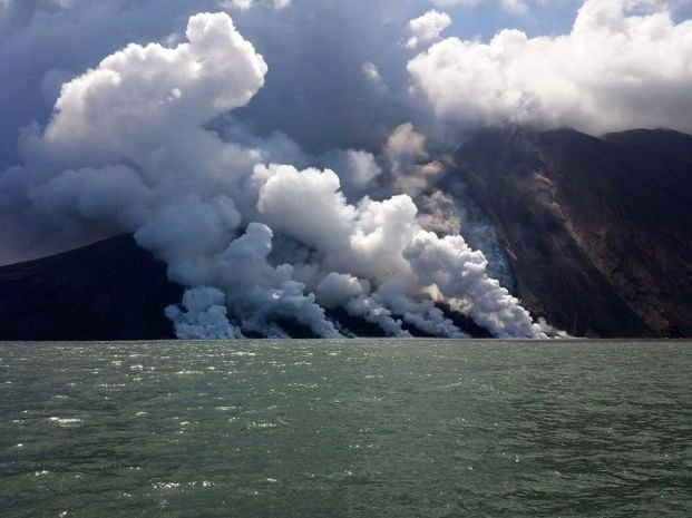 Stromboli - 07/08/2014 - lots of lava entries in the sea generate steam plumes - photo website Meteoweb