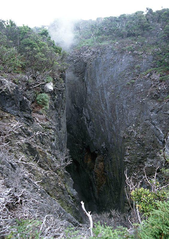 Kuchino-shima - Activité fumerollienne dans le cratère d'explosion du dôme Moedake - photo S. Nakano / GSJ