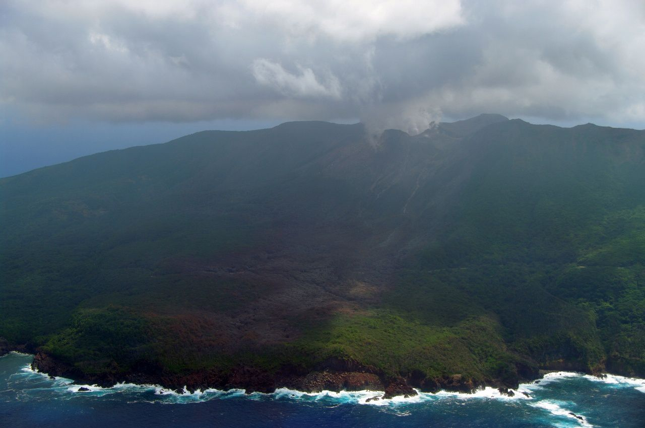 Kuchinoerabu-jima - Above,the trace of the pyroclastic flow is visible on the left, between the top and the sea - It cuts a circular route - on the plate bottom, a vegetation area burned - photos Japan Coast Guard 06.08.2014