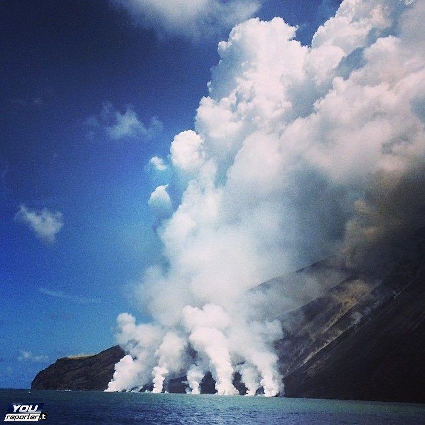 Stromboli - Arrivée des coulées en mer à la base de la Sciara del Fuoco - photo You reporter 07.08.2014
