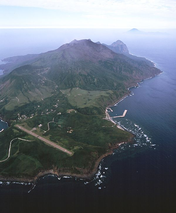 Suwanos-jima, southern view - photo H. Seo / Geological Survey of Japan