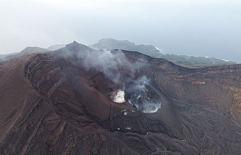 Suwanose-jima: Sakuchi caldera and Otake crater in 2005 - photo H. Seo / Geological Survey of Japan