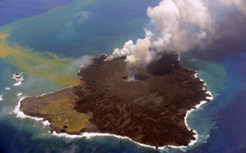 Nishinoshima - July 23, 2014, three craters emit plumes of gas - photo Maritime Safety Agency
