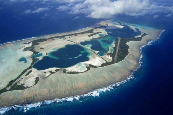 L'atoll de Palmyra - les deux lagons, les nombreuses îles dans le récif extensif et la piste d'attérissage sur Cooper island - Photo © Graeme Gale