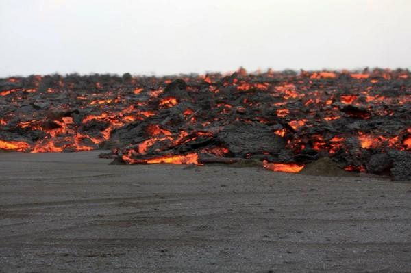 Holuhraun éruption fissurale en cours - coulée de lave pahoehoe  - photo Ármann Höskuldsson / Institute of Earth science