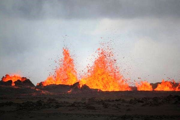Holuhraun éruption fissurale en cours - fontaines de lave  - photo Ármann Höskuldsson  / Institute of Earth science