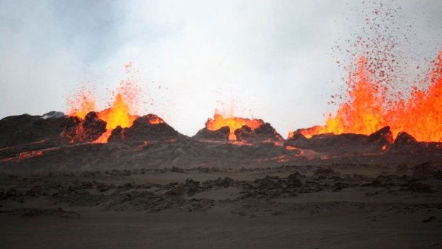 Holuhraun éruption fissurale en cours - spatter cones  - photo Ármann Höskuldsson  / Institute of Earth science