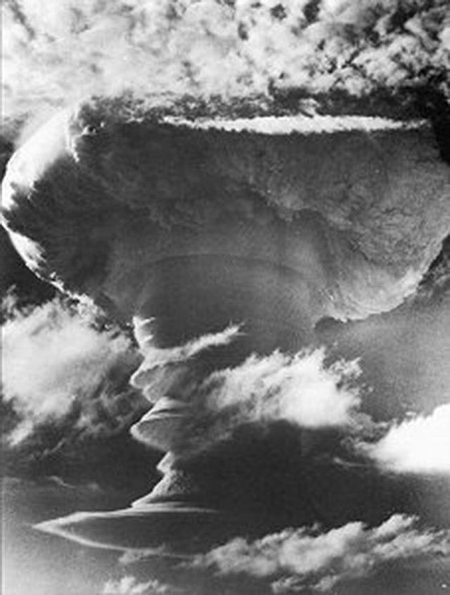 The first British H-bomb test passed the 11/08/1957 / test Grapple X Round C1, above the southeastern tip of Christmas Island - photo RAF