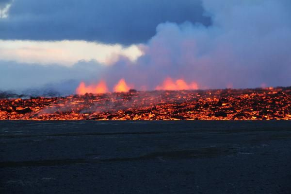 2014.09.01 - The lava flow and fountains in the background, in Holuhraun - photo University of Iceland - Armann Höskuldsson