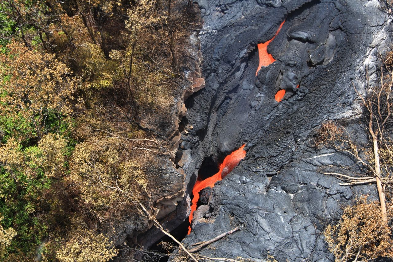 Zoom over the diving of the lava into the crack and his return to underground - photo HVO / USGS 01.09.2014