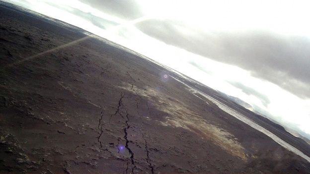 Cracks in Holuhraun - photo RUV - pic.twitter.com/y0qsI5hjSn 02.09.2014