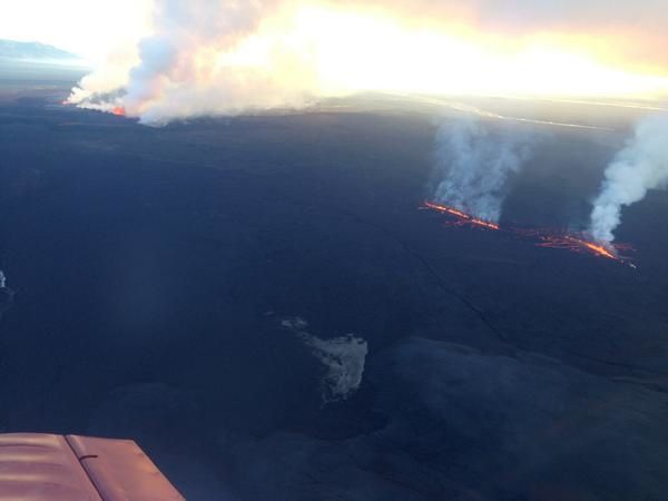 Holuhraun - 09/05/2014 - new cracks on the right, the former on the left degassing more strongly - photo Snorri B. Jónsson. RUV