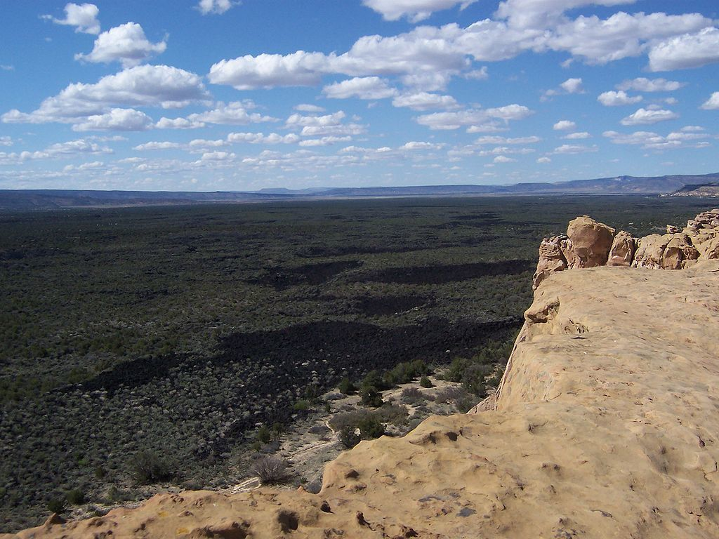 View over the lava field of El Malpais, seen from Sandstone Bluffs - photo Undangaray