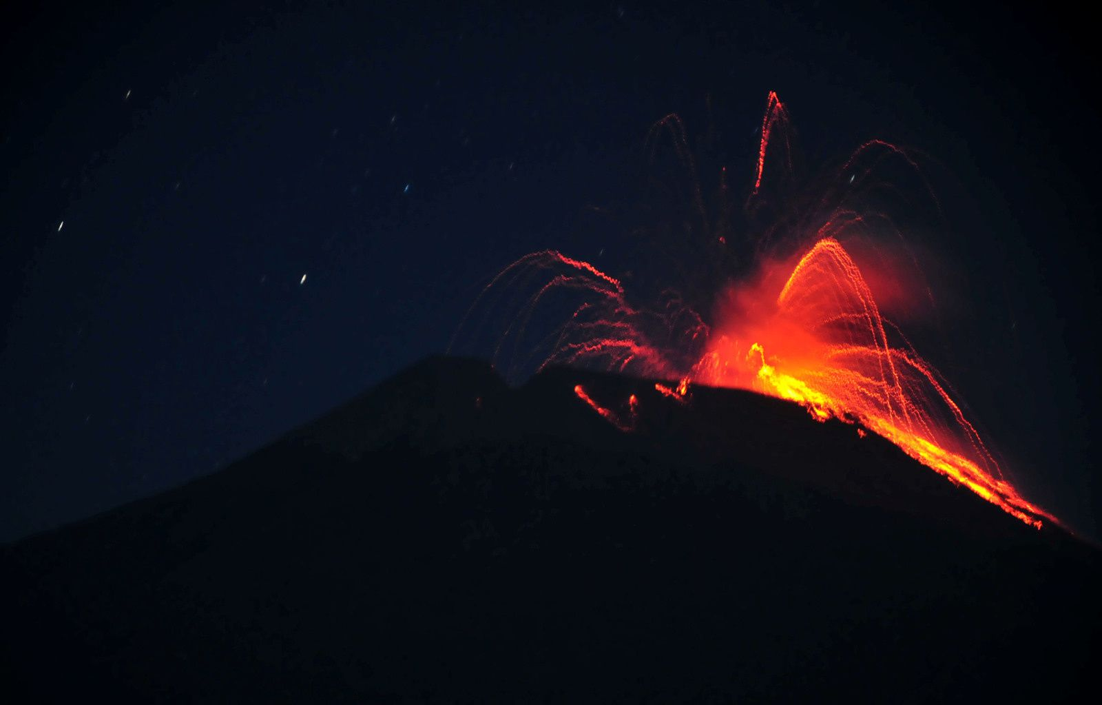 2014.09.12  Activity at Central Java's Mount Slamet early on Friday. (Antara Photo-Oky Lukmansyah)