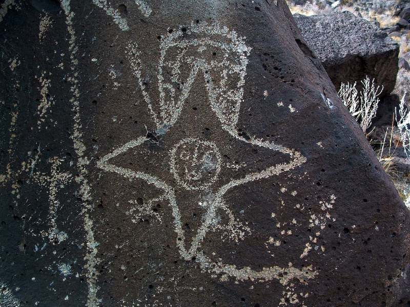 "Un ""personnage étoilé"" dans la  Rinconada section du Petroglyph N.M. -  photo Jerry Willis"