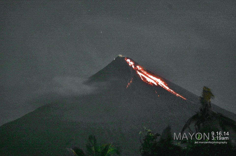 Incandescence nocturne au Mayon, le2014.09.16 / 3h 19 am - photo J.Manzanilla / Legazpy city