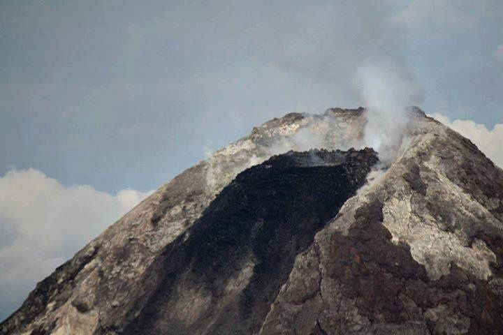 Mayon - the dome- flow at the top of the volcano 23.09.2014 - photo Dost Pagasa