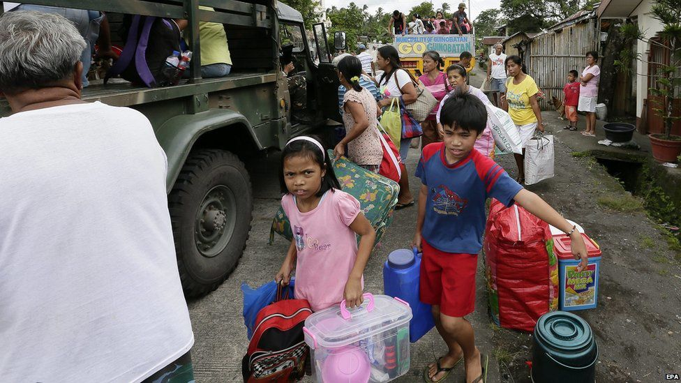 Evacuation of people from the exclusion zone by the military trucks 9/18/2014 - Photo AFP