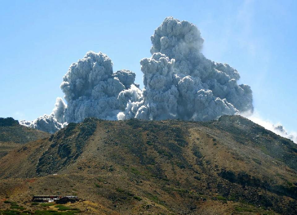 Ontake - 09/27/2014 eruption - impressive plumes rise above the volcano - photo AP / Kyodo News