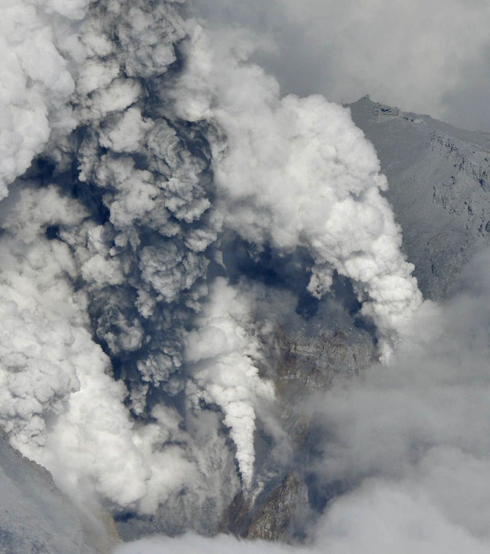 Ontake 09/27/2014 - white and black turbulent plumes emitted at the eruptive vent - photo AP / Kyodo News
