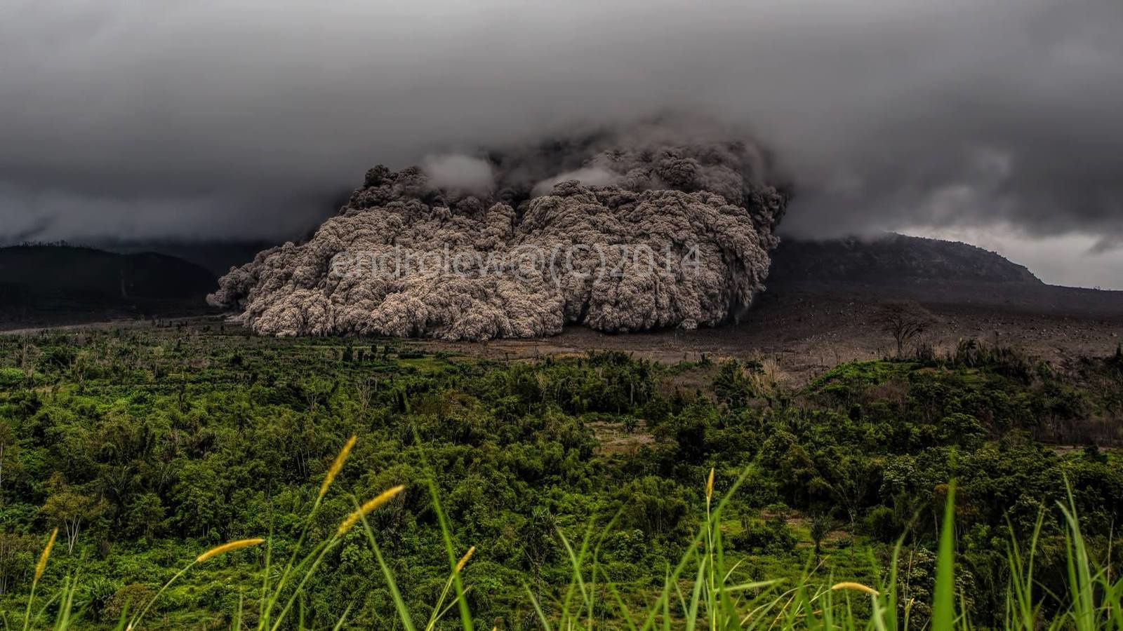 Pyroclatic flow of the Sinabung 07.10.2014 / 2:08 p.m. - photo Mbah Lewa