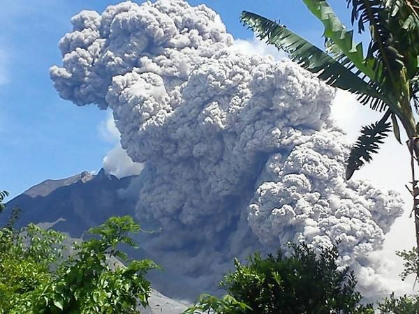 Pyroclastic flow of the Sinabung 2014.10.09 / 11:05, from Payung ...it approaches dangerously of this area - Photo Yudhi - volcano observatory staff / via Twitter.