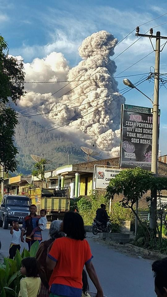 Sinabung - locals seem indifferent to the volcanic activity - photo 2014.10.08 Martin Ledanto Sinulingga