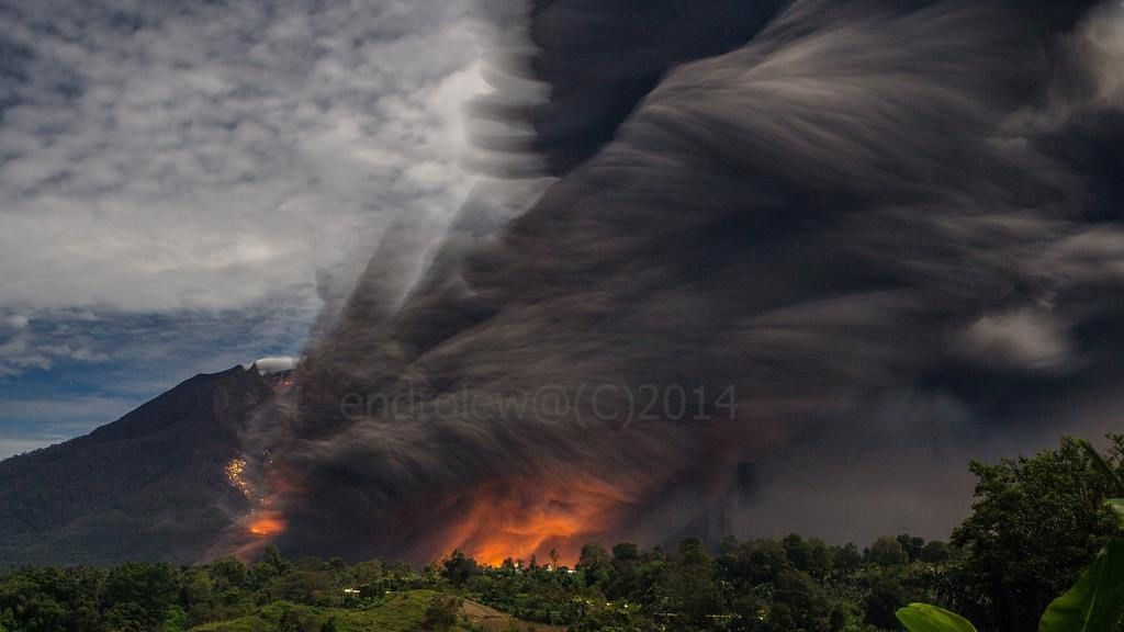 Sinabung on 08.10.2014 / 10:44 p.m. - starting of the flow and formayion of the co-pyroclastic plume - photo Mbah Lewa