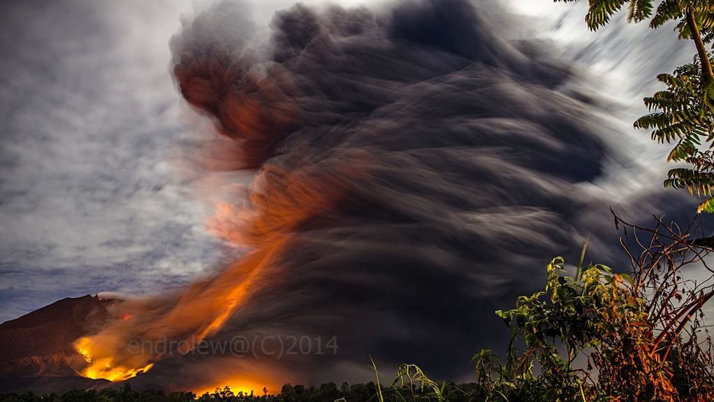 Sinabung on 08.10.2014 / 10:47 p.m. - heat and turbulence of the pyroclastic flow - photo Mbah Lewa