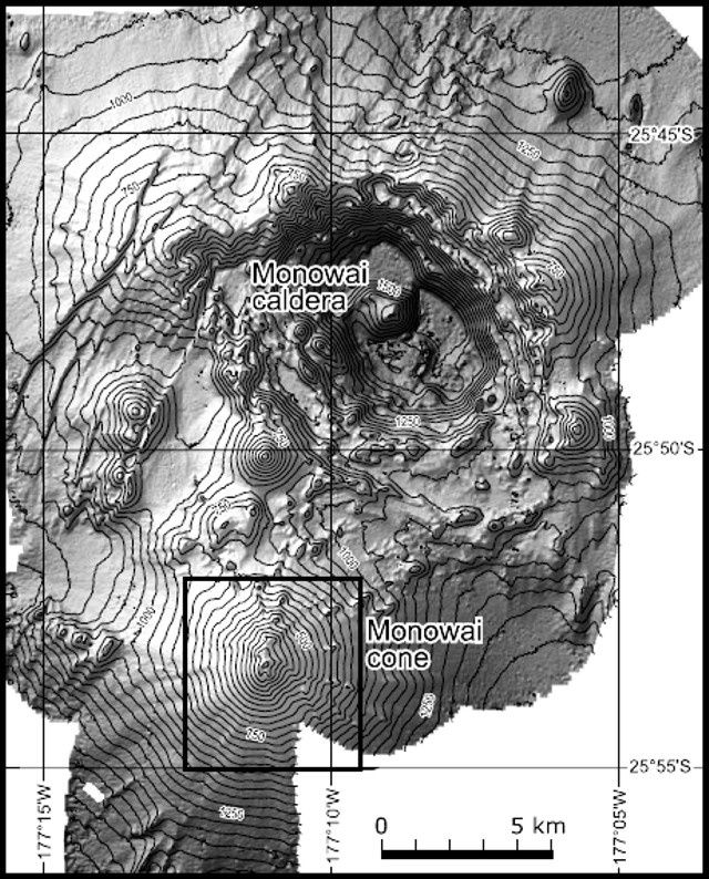 La caldeira et le cône du Monowai - doc. du dessus : courtesy of Wright and others, 2008 / GVP - do. du dessous : courtesy of Ian Wright, 2005 (NIWA&#x3B; http oceanexplorer.noaa.govexplorations05fire).