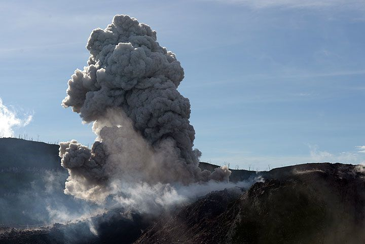 Ibu - strombolian explosion starting from a vent on the lavadome - photo Volcanodiscovery / Twitter 14/11/2014