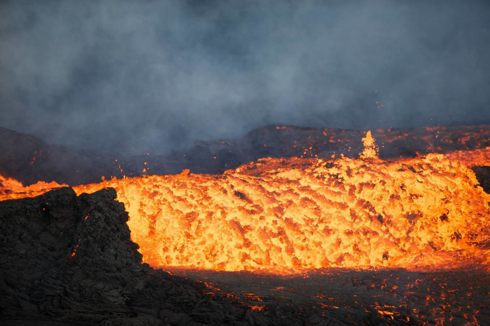 Holuhraun - the lava lake bubbling strongly - photo Mylifeasahelicopterpilot 13/11/2014