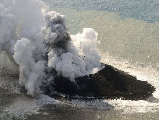 Nishino-shima, le 21.11.2013 - formation d'un cône de tuff /scories - projections de bombes et panache de gaz et vapeur - photo Japan Coast Guards via Japan Daily Press