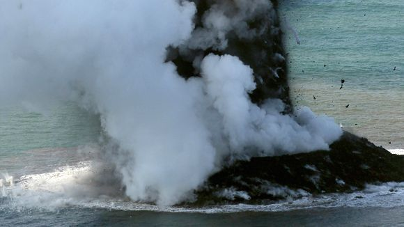 Panache cypressoïde et vapeurs d'eau au large de Nishino-shima le 20.11.2013 - phase hydromagmatique de l'éruption surtseyenne - photoGetty images