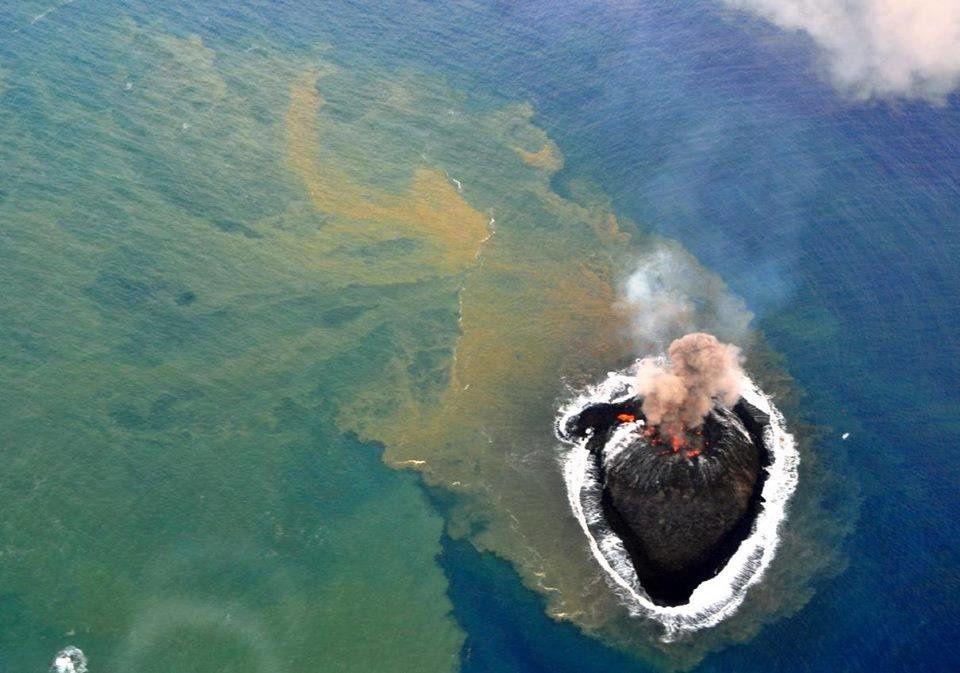 Nishino-shima - Le 24.11.2013, phase aérienne de l'éruption : l'activité explosive strombolienne, accompagnée d'un panache de cendres et de coulée de lave - photo Japan Coast Guards