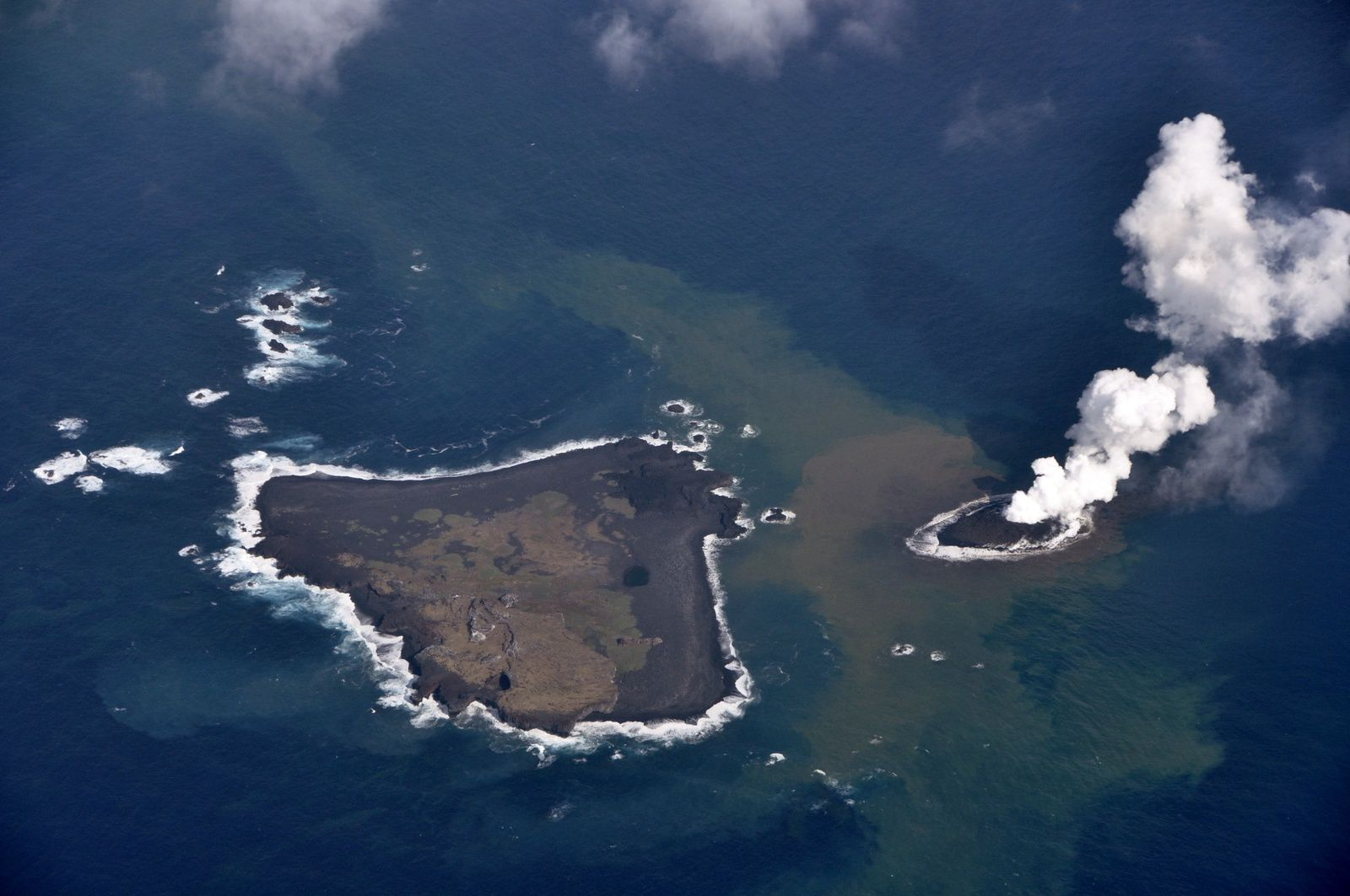 Nishino-shima et le site de l'éruption le 20 novembre 2013 - photo Japan Coast Guards
