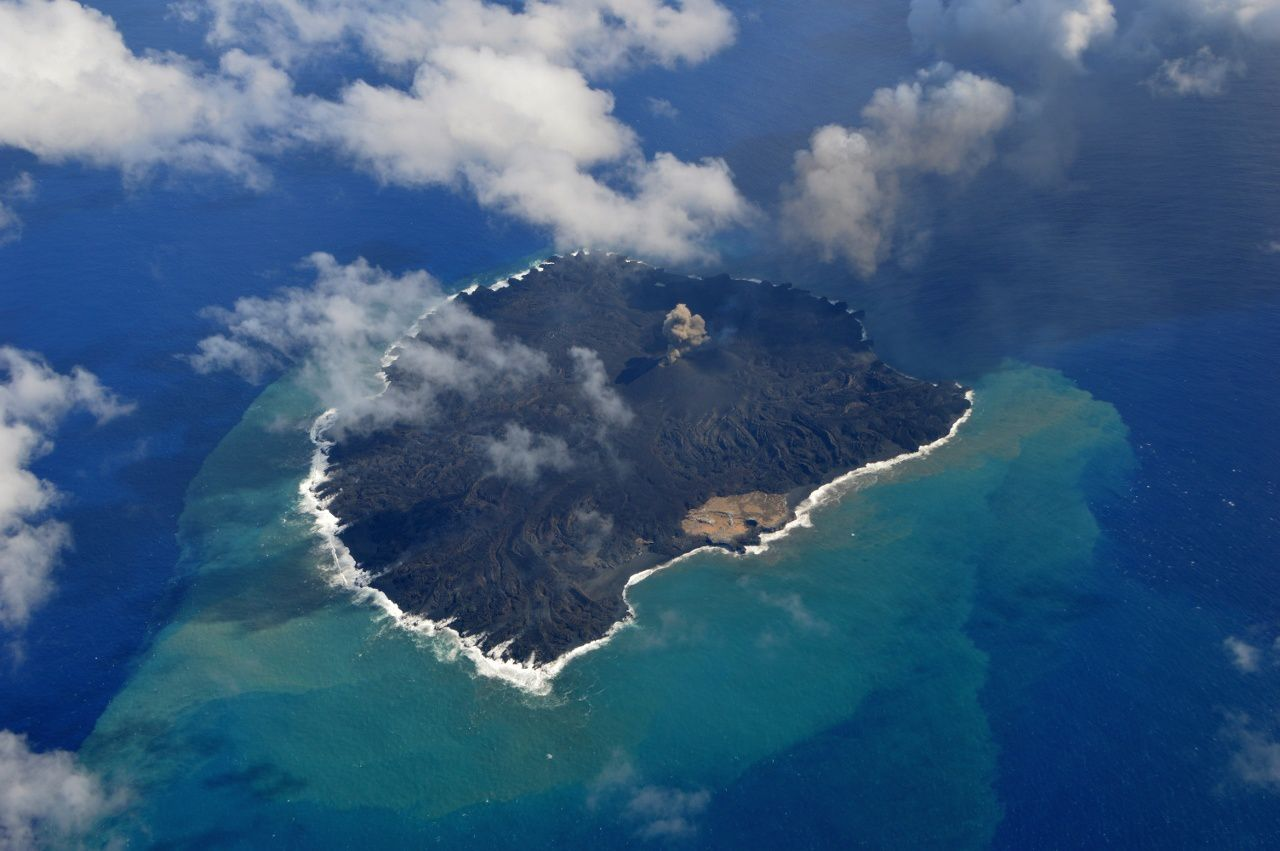 Nishino-shima: the 16/10/2014, the lava almost entirely covered the former island - photo JCG