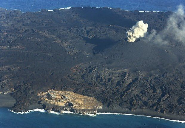 Nishino-shima: the rest of the former island and the active cone, the 11/15/2014 - Mainichi Photo
