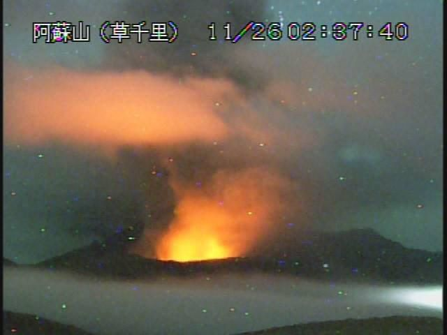 Night glow at Aso on 11.26.2014 / 2:37 - Webcam Aso / JMA