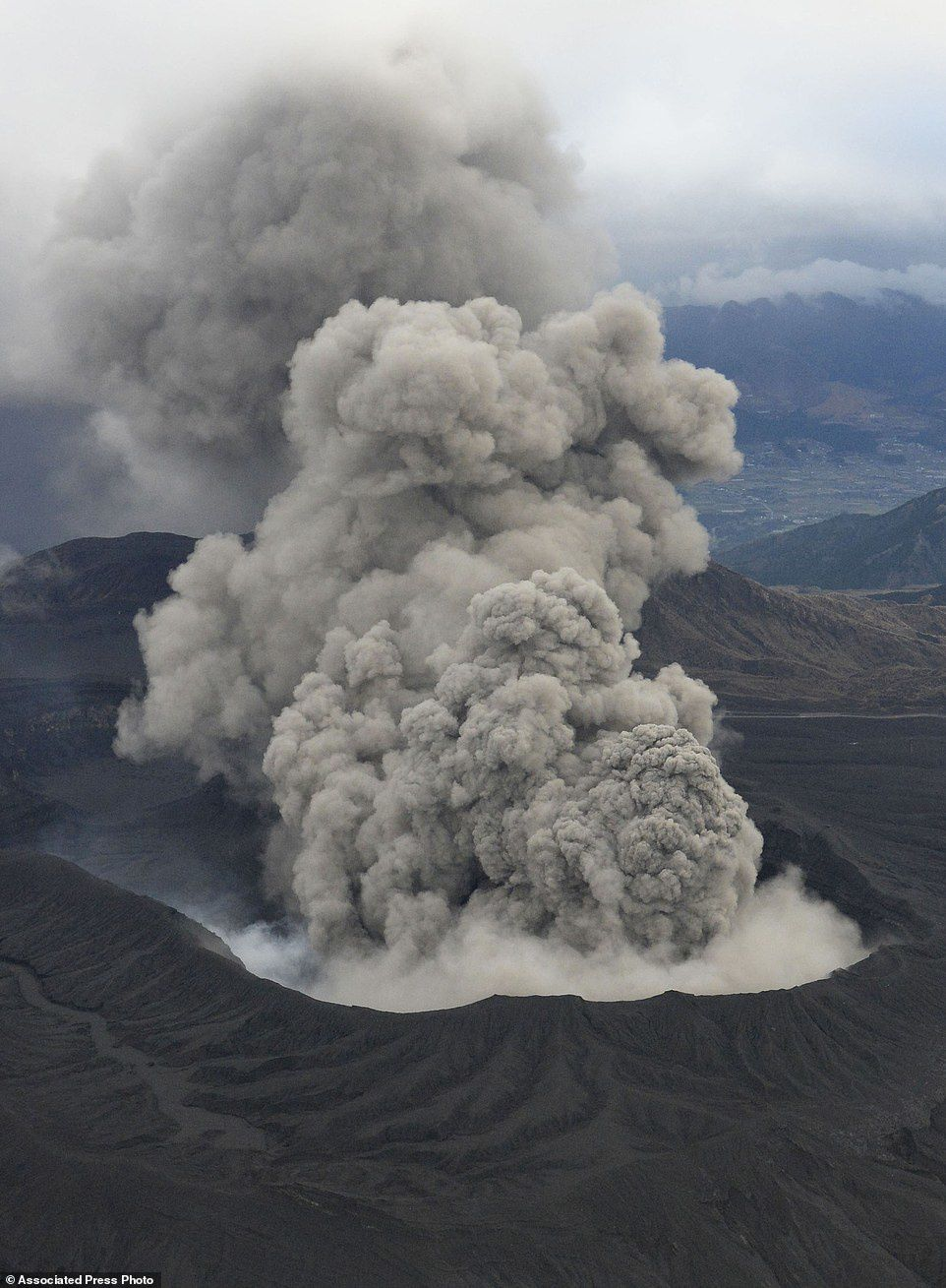 The plume from the eruption of Aso 11/26/2014 - photo Associeted Press