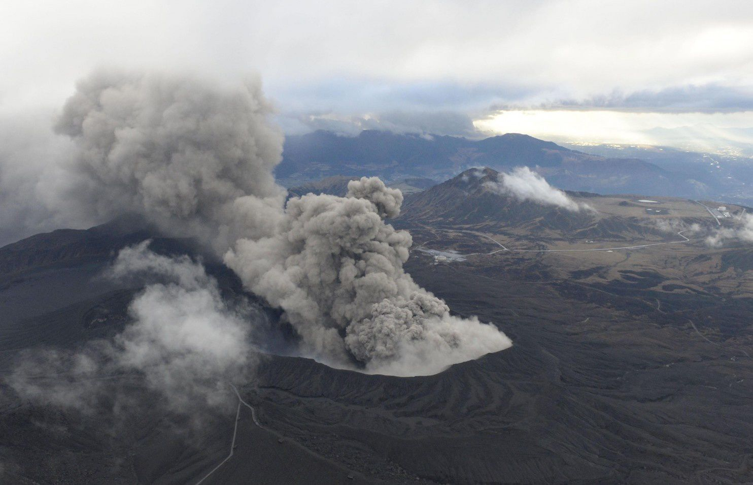 The plume from the eruption of Aso 11/26/2014 - photo Kyodo News / AP