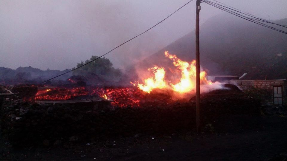 Fogo - lava flow progresses during the night and set fire to homes - photo Fogo news 02/12/2014