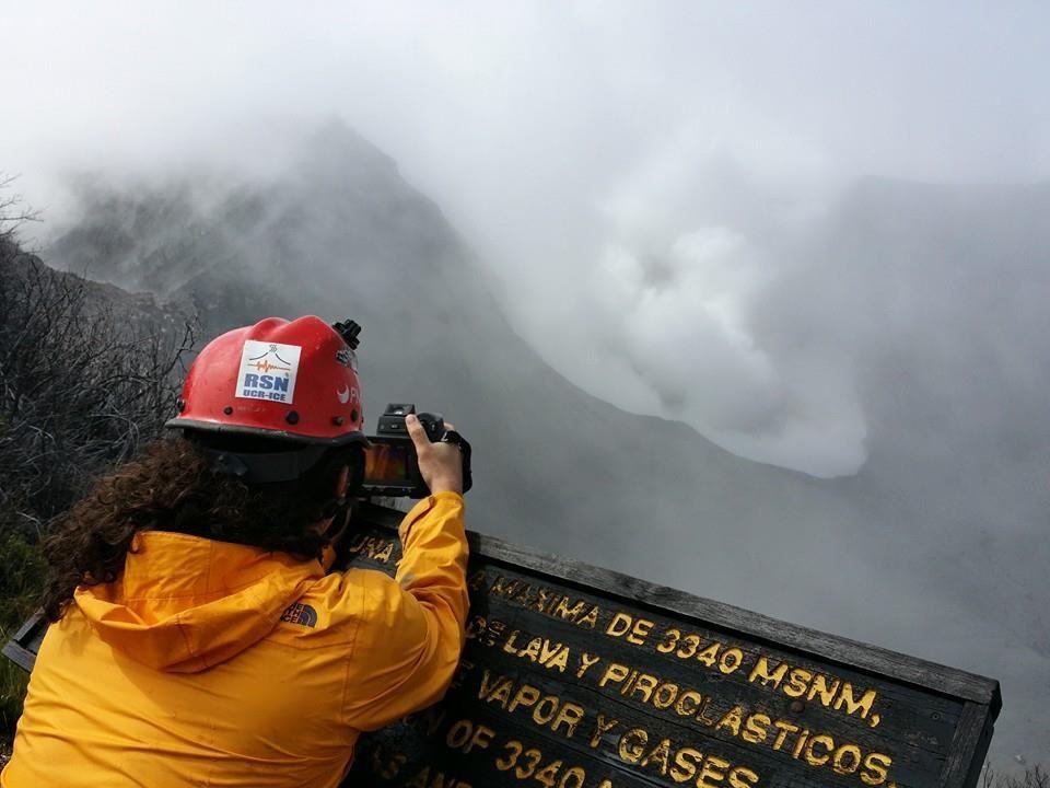 Cratère du Turrialba tapissé de cendres et blocs après l'éruption du 08.12 - 2014.- Le volcanolgue Gino González prend des images à la caméra thermique - Photo Raúl Mora-Amador / RSN / 09.12.2014