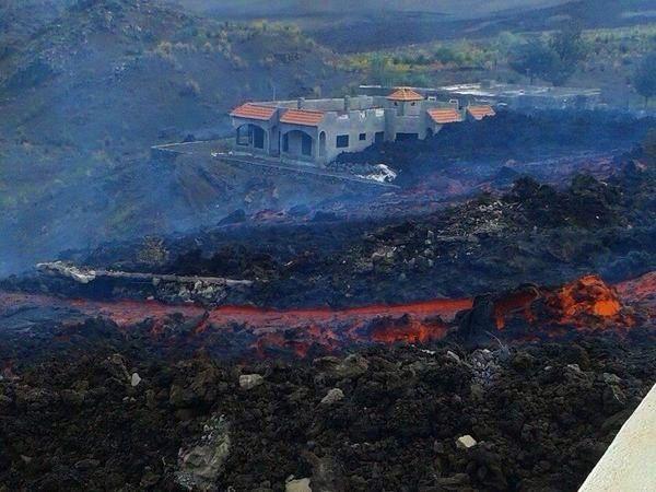 Les coulées de lave sur Fogo - photo Involcan / Twitter 08.12.2014