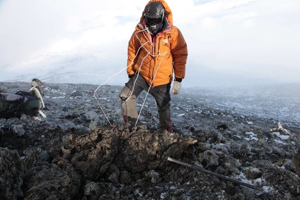Erebus - Taking the temperature in the core of a bomb on 05/12/2014 - photo Clive Oppenheimer / MEVO